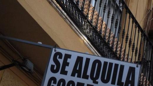 Cartel de Se Alquila en una vivienda.