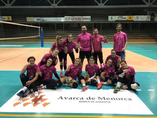 Jugadoras, técnicos y ayudantes, tras el último entrenamiento de la semana (Foto: CV Ciutadella)