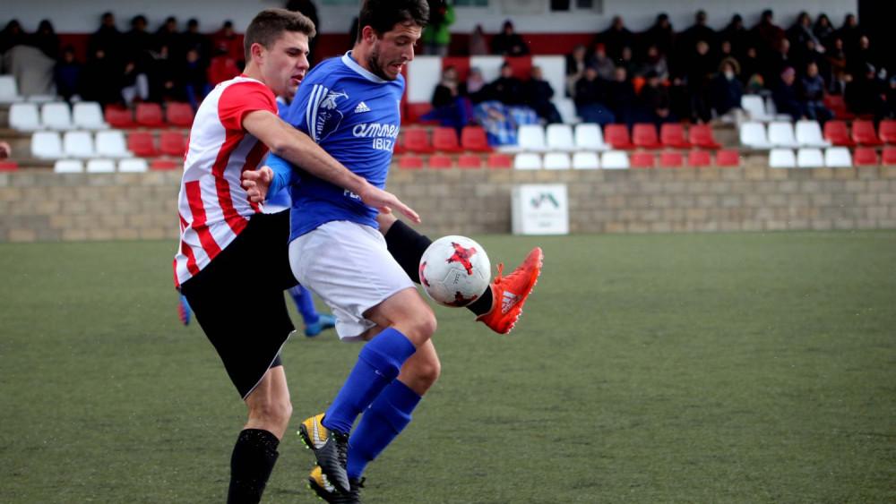 Raúl Marquès trata de frenar a un adversario (Fotos: deportesmenorca.com)