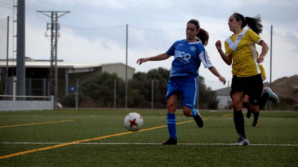 Laura Martí trata de controlar un balón (Fotos: deportesmenorca.com)