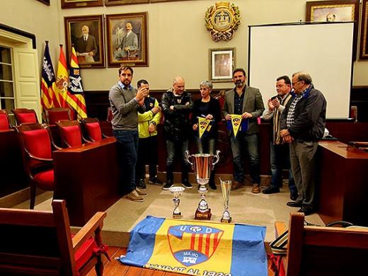 (Fotos) Homenaje a la UD Mahón tras sus títulos en Regional