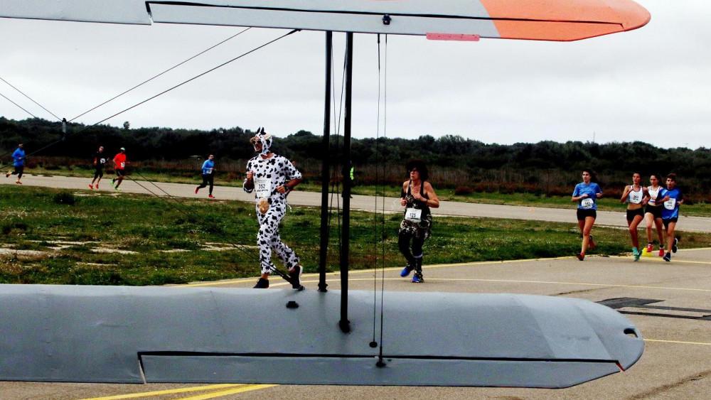 Momento de la carrera a su paso por el Aeroclub (Reportaje gráfico: deportesmenorca.com)