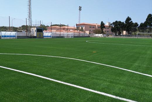 En campos como el de Es Castell (en la imagen), que ya tienen nuevo césped, se ejecutarán otro tipo de actuaciones (Foto: deportesmenorca.com)