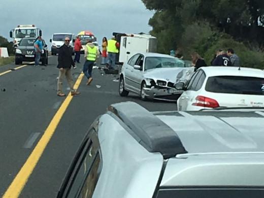 (Galería de fotos) Los bomberos rescatan a un hombre atrapado en su coche tras un accidente en la general
