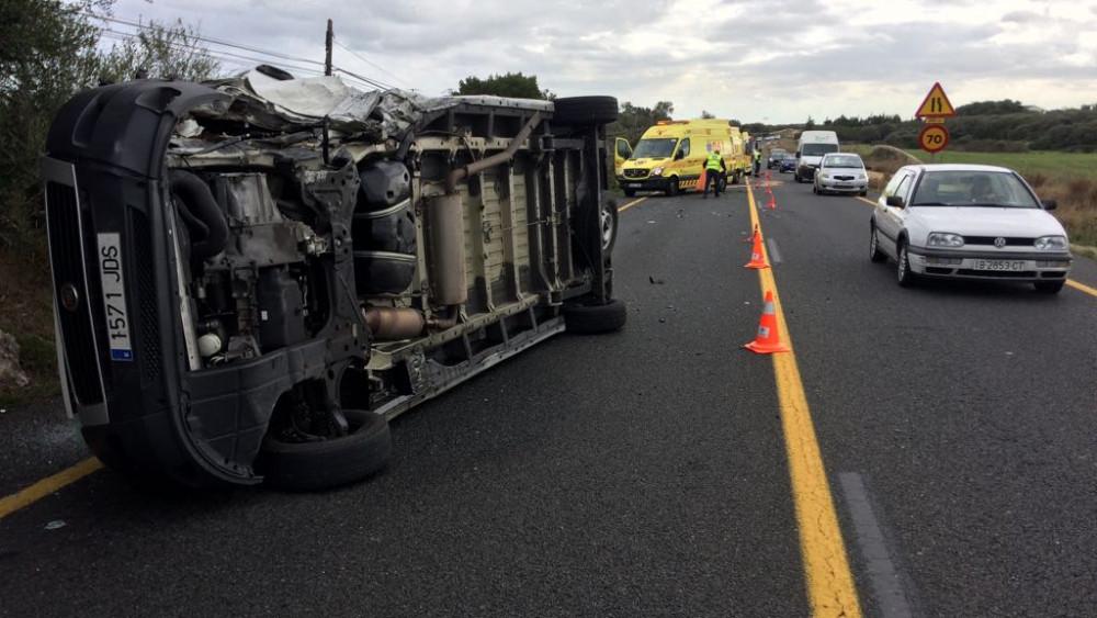 Imagen del lugar del accidente con la furgoneta volcada (Fotos: Tolo Mercadal)