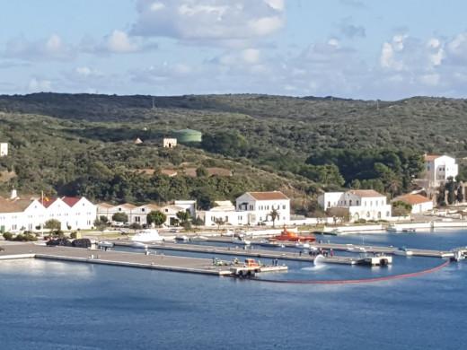 (Fotos) Simulacro de vertido en el port de Maó
