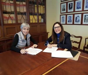 La alcaldesa Conxa Juanola y Bárbara Ordás durante la firma del convenio esta mañana.