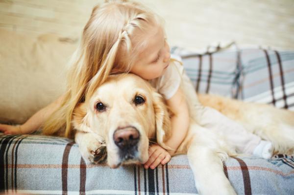 Una niña junto a su mascota.