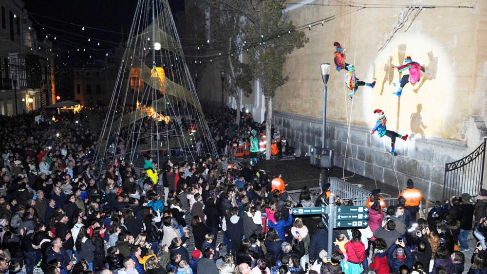 Momento de la aparición de los Llumets (Fotos: Tolo Mercadal)