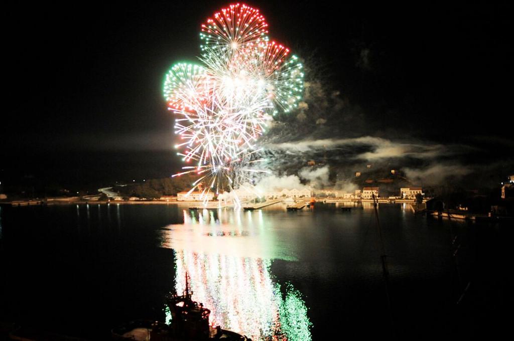 Fuegos artificiales en el port de Maó.