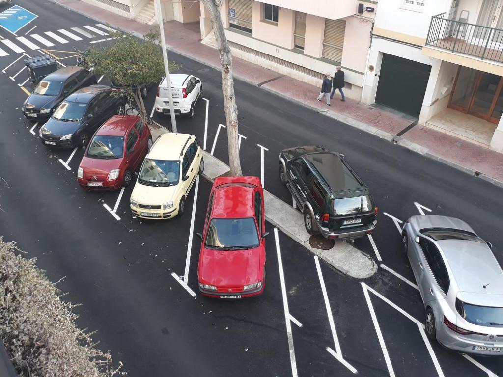 Vehículos aparcados en una calle de Maó (Foto: Tolo Mercadal)