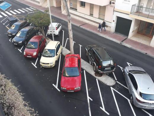 Coches aparcados en la calle Maria Lluïsa Serra (Fotos: Tolo Mercadal)