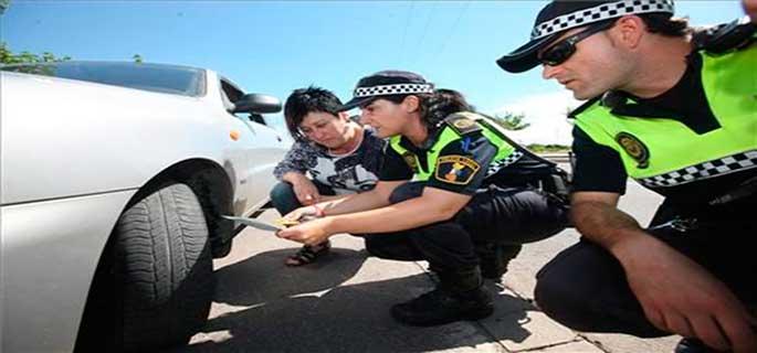 Policías supervisando un vehículo.