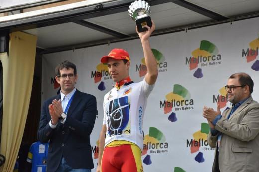 Torres, recogiendo el trofeo de mejor ciclista balear.