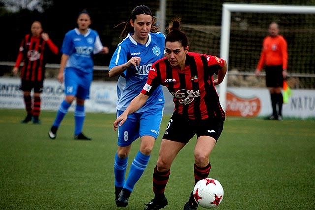 Laura presiona a una rival.