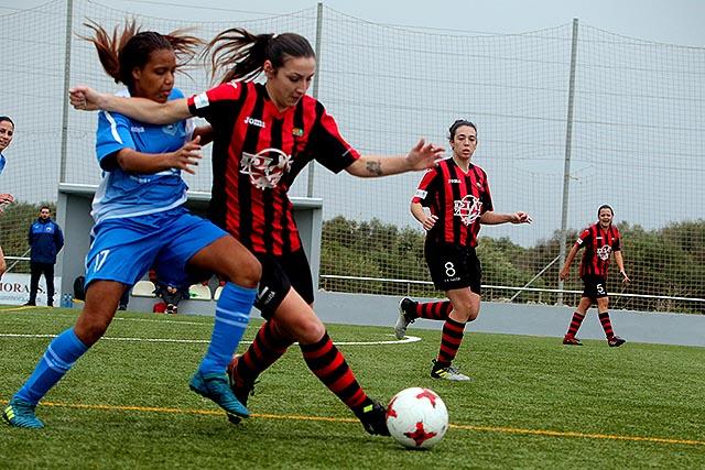 Yoti pugna por el esférico ante una jugadora del Pallejà (Fotos: deportesmenorca.com)