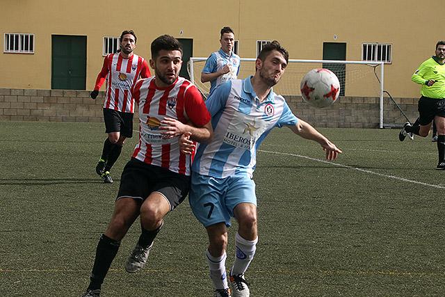 Marc Urbina pelea porel balón con un adversario (Fotos: deportesmenorca.com)