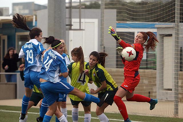 Espectacular acción a balón parado (Fotos: deportesmenorca.com)