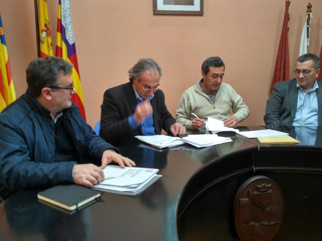 Imagen del momento de la firma del acuerdo.
