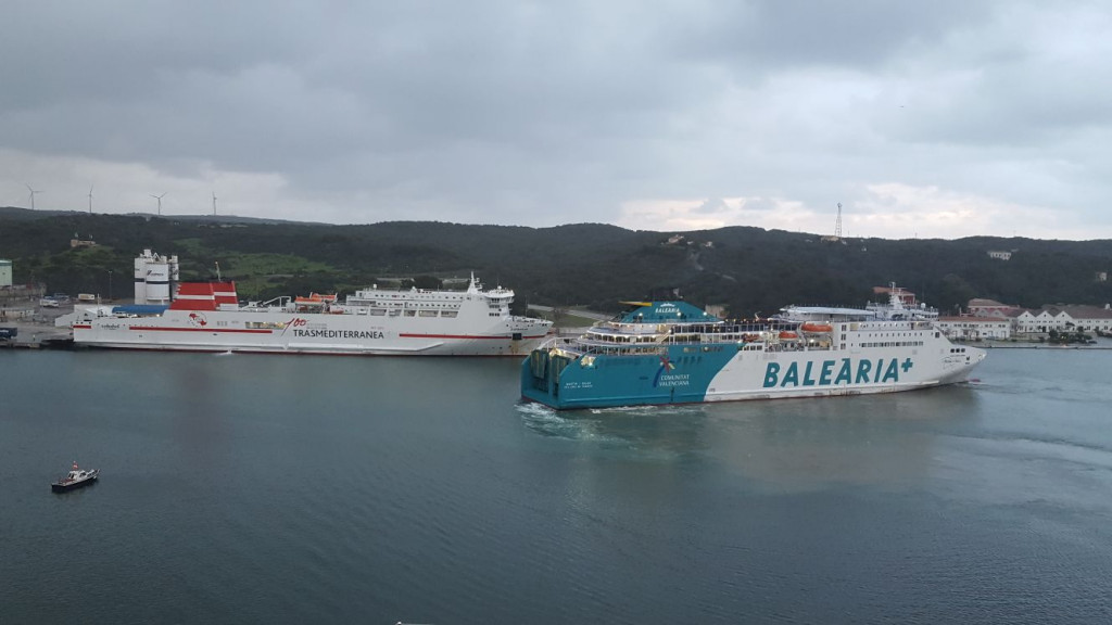 Los barcos de Baleària y la Trasme, en el puerto de Maó (Foto: Juan Valdelvira)