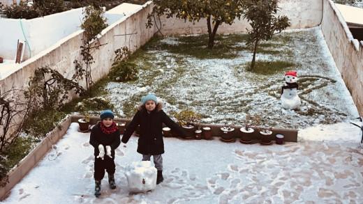 Niños jugando con la nieve en Alaior (Foto: Diana Alonso)