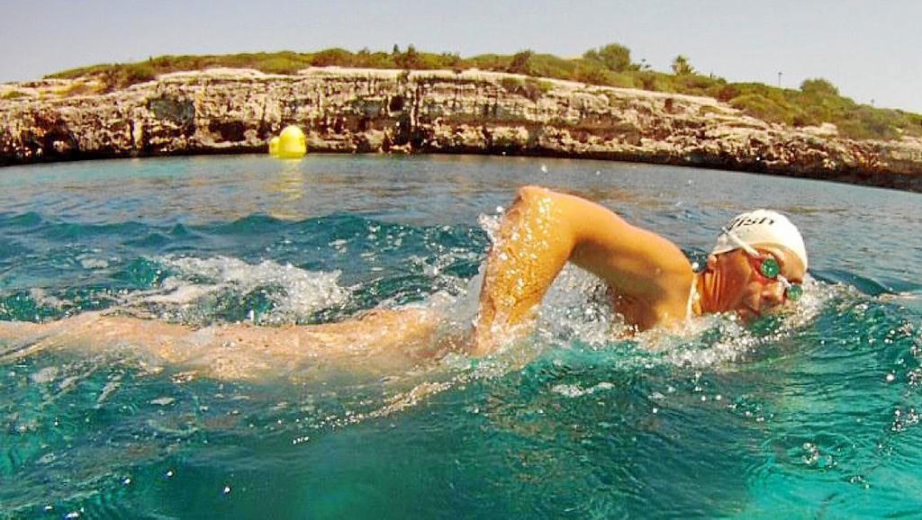 Tita Llorens, nadando en Ciutadella.