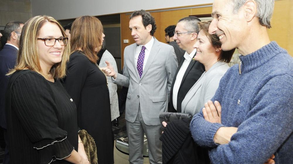 Susana Mora, departiendo con Javier Ares antes del pleno extraordinario (Fotos: Tolo Mercadal)