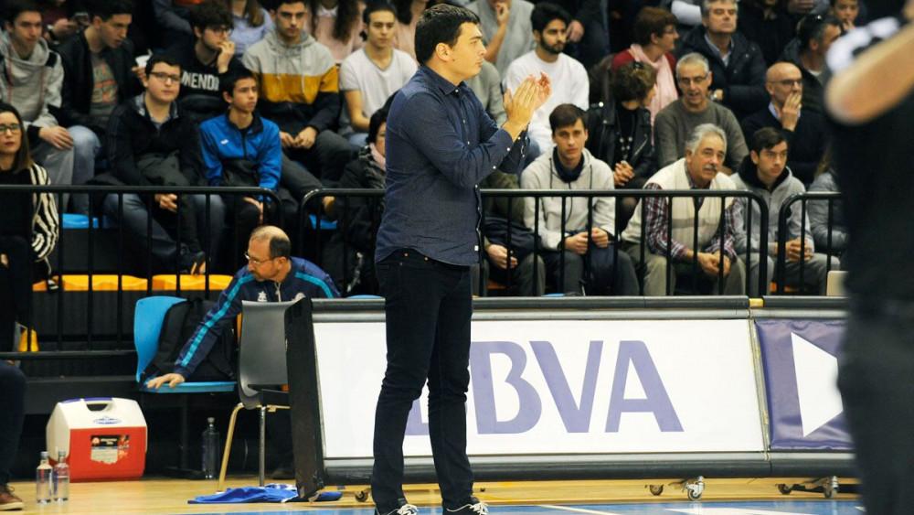 Oriol Pagès aplaude en la banda.