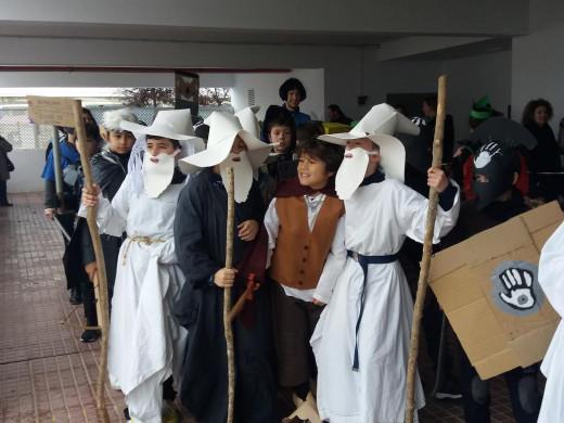 (Galería de fotos) Disfraces, color y diversión en Sant Lluís