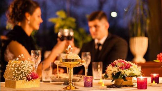 Cena entre una pareja.