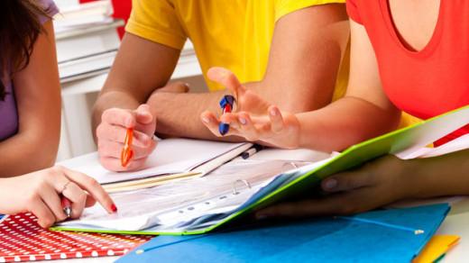 Alumnos estudiando.