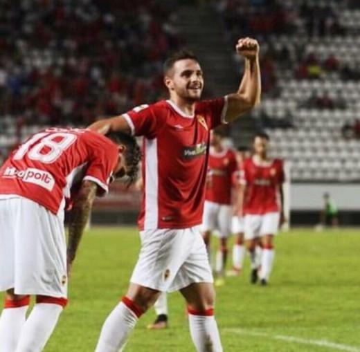 Xiscu, celebrando un gol con la grada.