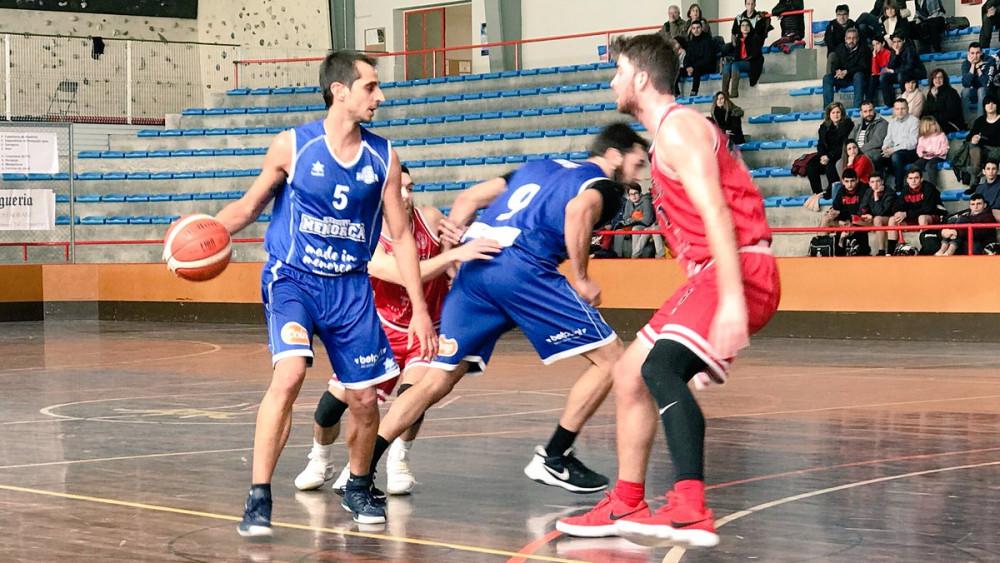 Pitu Jiménez dirige el ataque en un momento del partido (Fotos: Bàsquet Menorca)