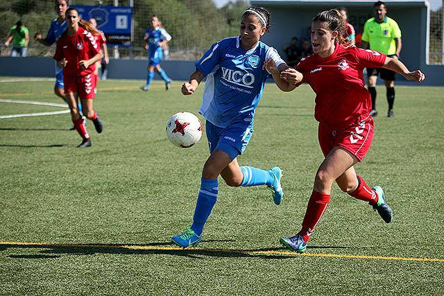 Seguí trata de alcanzar un balón ante una jugadora del Sant Gabriel.