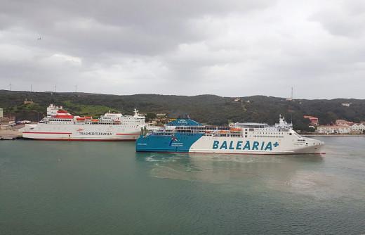 El buque de Baleària y el de Trasmediterranea, esta mañana en el puerto de Maó