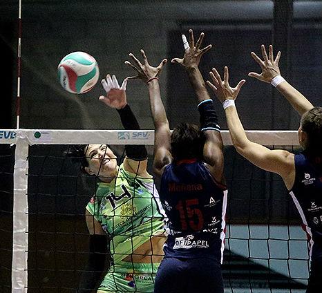 Remate de Noelia Sánchez ante el bloqueo del Arona.