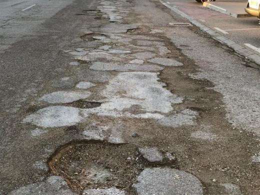 (Galería de fotos) Denuncian el mal estado de varias calles y un parque de Ciutadella