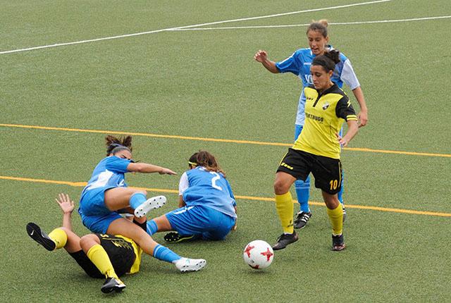 Clara trata de recuperar el balón ante una jugadora del Son Sardina.