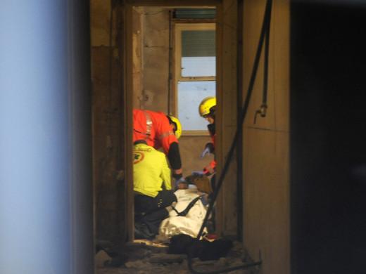 (Fotos) Un obrero se precipita en un pozo de una casa de Maó