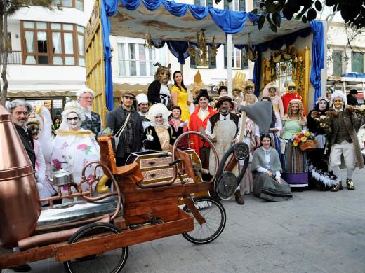 (Fotos y vídeo) West Side Story, vikingos, musas, trogloditas y el steampunk toman las calles de Maó