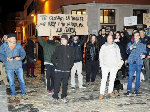 (Fotos) Más de 200 personas desafían a la lluvia en Maó en apoyo de Valtonyc