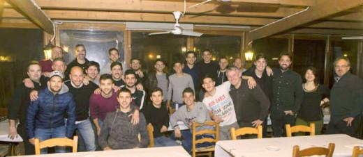 Imagen de la reunión de jugadores, cuerpo técnico y colaboradores (Foto: deportesmenorca.com)