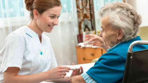 Una enfermera atendiendo a una paciente.