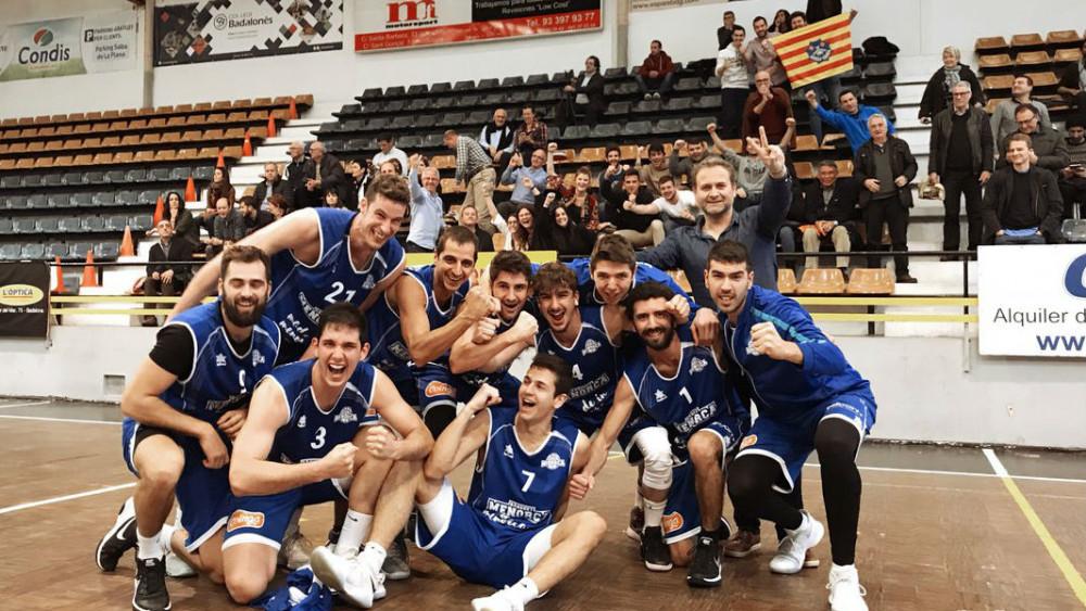 Celebración del equipo en la pista de Badalona (Fotos: Bàsquet Menorca)