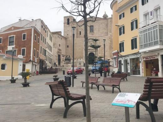 (Fotos) Un árbol en Maó para reivindicar los derechos de los menores