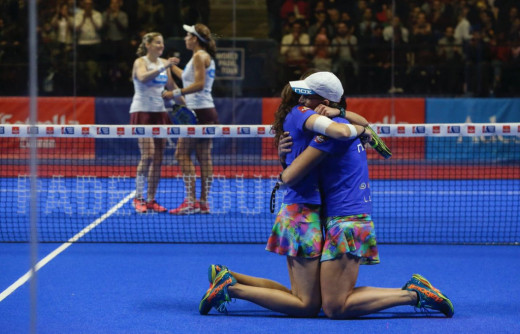 Gemma Triay y Lucía Sainz se abrazan tras un triunfo.