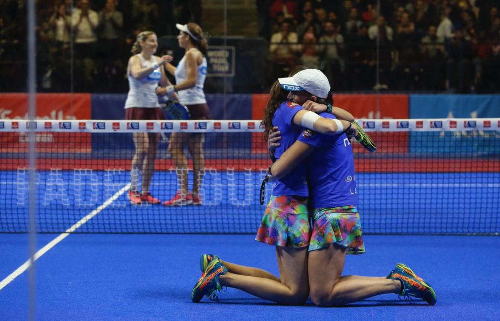 Gemma Triay y Lucía Sainz, abrazadas tras la victoria (Foto: World Padel Tour)