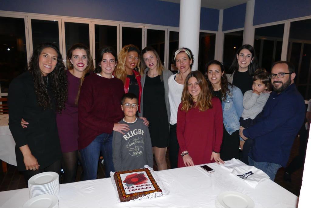 Las jugadoras y parte del cuerpo técnico, junto a la tarta (Foto: CVC)