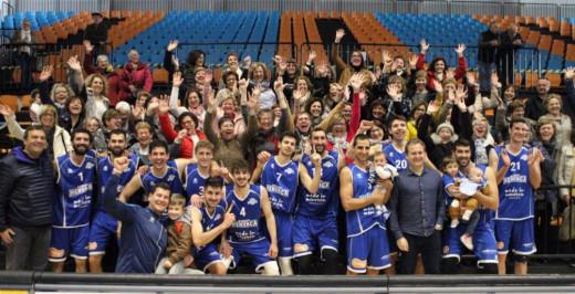 Jugadores del Bàsquet Menorca y exjugadoras, tras el partido (Foto: Nueve estudio fotográfico - deportesmenorca.com)