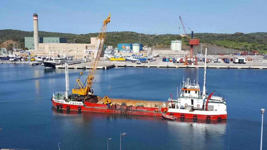 Imagen de la embarcación realizando tareas de dragado.
